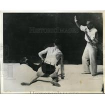 1932 Press Photo Peter Mehringer rises from the mat after pinning Thure Sjostedt