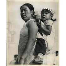 1946 Press Photo Cherokee woman and baby attend annual Fall Fair in N. Carolina
