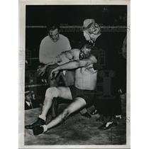 1934 Press Photo Gentleman Jack Washburn injured in Gus Sonnenberg match