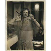 1929 Press Photo Marjorie Monnete of Gem Safety Razor Corporation with Razor
