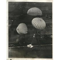 1931 Press Photo Joe Crane Jumping Over Roosevelt Field with 4 Parachutes