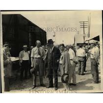 1927 Press Photo US Deputy Marshall & Segrave Thnking Him for Trip to Daytona Be