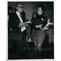 1970 Press Photo Civil Rights Activist Maryann Weissman & Reporter in New York
