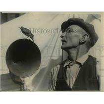 1923 Press Photo Thomas Smith & his Pet Robin Enjoying Radio Speaker