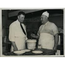 1934 Press Photo Former Giants Irish Meusel & a chef at Casino Cafe - nes38283