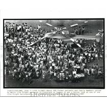 1987 Press Photo Former Patients Family members serveds from Metro Flight.