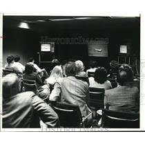 1981 Press Photo Employees of Eaton Corp. watch shuttle landing at Corp.