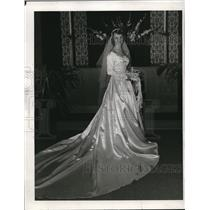 1913 Press Photo Mrs.Carl Droege Jr.in her wedding dress former Shirley Smith.