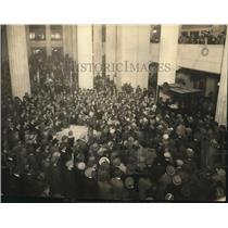 1924 Press Photo Crowds watching radio broadcasting in Union Trust Lobby