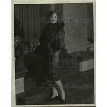 1928 Press Photo Mrs Robert P Judy Appears As Emma on Famous Beauties in History