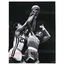 Press Photo Al Tucker # 23 of Royals vs Shaler Halimon of 76ers - nes40894