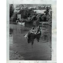 1974 Press Photo Eugene youngsters enjoy canoeing at University of Oregon campus
