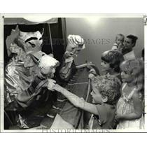 1983 Press Photo Joe McCormack's puppets with the children - cvb02278