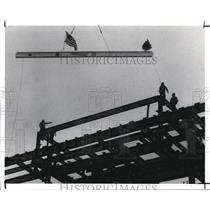 1989 Press Photo Ironworkers Position the Steel Beam Atop Ritz-Carlton