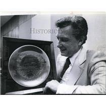 1978 Press Photo Expo Plate to Germany Mayor Ron Bair - spa00228
