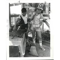 1983 Press Photo Todd Lindic & Kenneth Orr clean raccoon quarters at Metroparks