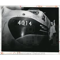 1977 Press Photo Conrail, J.P Seiforth waves goodbye on hist last conrail trip