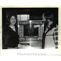 1982 Press Photo Gettis Successfully Bids for Gaming Machine at Auction