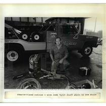 1983 Press Photo Rescue Towing Co Scott Hill shows mechanical prying device