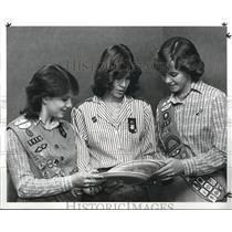 1985 Press Photo Girl Scouts look at souvenirs of their trip to England