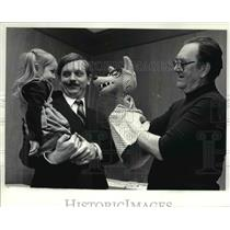 1982 Press Photo Puppets and Kenneth Kovach with daughter, Juliana - cvb02281