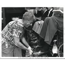 1985 Press Photo Hopkins airport, Ralph Kaufman gives the worlds Best Shoe