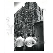 1989 Press Photo Lunchtime pedestrians stop on Hollenden Hotel demolition