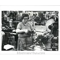 1987 Press Photo Osborn Mfg Company, Anna Doncevic makes steel wire brushes