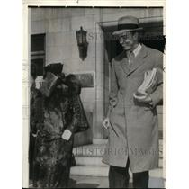 1937 Wire Photo Mrs.Eugene Du Pont Hid her Face Behind her Purse - cvw10714