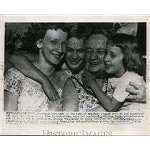 1955 Press Photo Mrs Mary Baumer, Mrs J Hendricks learn Maj Wm Baumer released