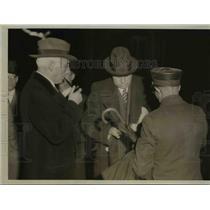 1935 Press Photo Martin J.Insull, boarded Train in Chicago deported to Canada.