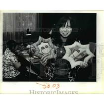 1983 Press Photo Yee Yang displays some of craft items sewn by Laotian women