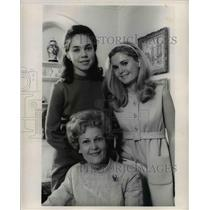 1968 Press Photo Mrs. Pat Nixon and daughters, Julie, left and Tricia
