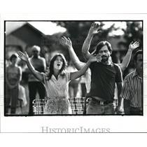 1984 Press Photo Sally and Thomas Mumford of Akron raise their hands to Jesus