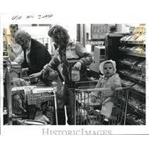 1985 Press Photo Late shoppers, Rose Skinner and Family - cva77454
