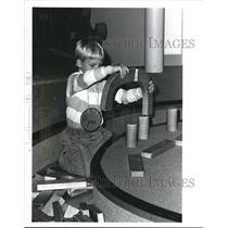 1988 Press Photo Cleveland Children's Museum, Ryan Smallwood, builds bridges