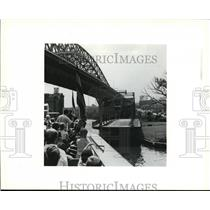 Press Photo Crowd on Goodtime watches Center Street Bridge swing - cva85370