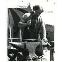 1982 Press Photo Blacksmith Tom Summers making ironwork in early American design