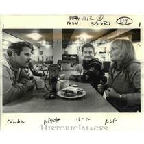 1985 Press Photo Pilots Myron Lamont & Roark Schwanenberg chat w/ Grace Dorosi.