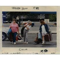 1988 Press Photo Hobbs and her grandchildren at Portland International Airport
