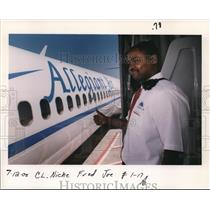 2000 Press Photo Allegiant Air Worker - orb14341