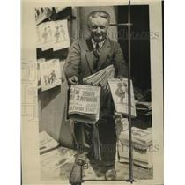 1926 Press Photo Robert E King Present at Newsstand Everyday for 25 Years