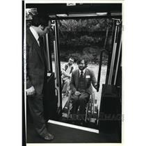 1981 Press Photo Tri-Met instructor Ival Harman on wheelchair ramp for B Wolfard