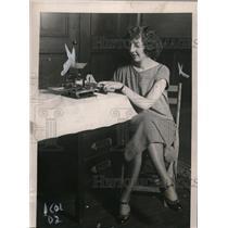 1924 Press Photo Betty Rocho Using Small Tobacco Rolling Machine of NYC