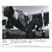 1990 Press Photo William Weiss Jr checks out display of historic aircraft.