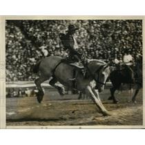1927 Press Photo Rob Askin riding Mayflower at Los Angeles California rodeo