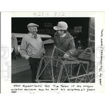 1990 Press Photo Walt Rupert tells Tim Talen of the Oregon Aviation Museum how