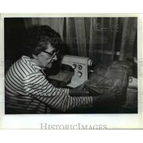 1982 Press Photo Connie Potter examines one of the 250 purses she made