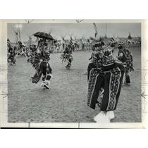 1971 Press Photo Northwest Indians, one with aid of nontraditional umbrella.