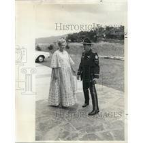 1973 Press Photo Mrs Tom LaFollette & Officer Williams - ora50254